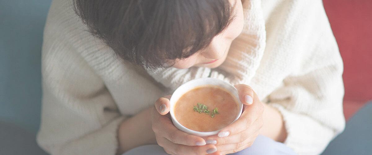 マーゼルプラス スープを飲む女性